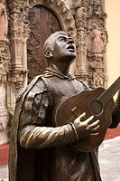 Mexico, Guanajuato, Guanajuato City, Bronze statue of a singing Mexican, in front of the Temple of San Diego.