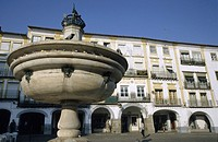 Fountain and buildings in Praça do Geraldo Square, Évora, Portugal.