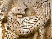 Detalle de un capitel de estilo románico representando dos aves enfrentadas en la portada de estilo románico de la iglesia de San Pedro - Condado - Va...