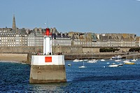 THE FORTIFIED TOWN AND THE LIGHTHOUSE SEEN FROM THE SEA, SAINT_MALO, ILLE_ET_VILAINE 35, FRANCE