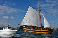 CRUISE ON THE RENARD, REPLICA OF ROBERT SURCOUF´S SHIP IN FRONT OF THE ISLE OF CEZEMBRE, SAINT_MALO, ILLE_ET_VILAINE 35, FRANCE