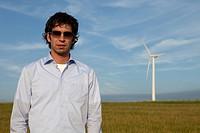 Mann vor Windkraftanlage