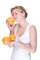 Junge Frau mit Orange