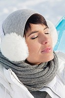 Young woman in winter clothes resting (thumbnail)