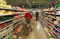 woman with a cart during shopping in a supermarket, D-Oberhausen, Ruhr area, Lower Rhine, North Rhine-Westphalia, D-Oberhausen-Sterkrade