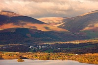 Looking over Derwent Water to Keswick and the mountains of Lonscale Fell and Blencathra behind in autumn, Lake District National Park, Cumbria, Englan...