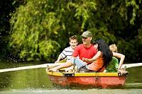 Familie macht Bootsausflug