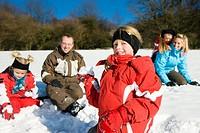Familie im Schnee mit Schneebällen