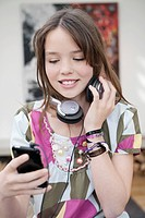 Girl listening to an MP3 player (thumbnail)