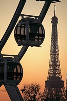 Ferries wheel in Place de la Concorde with Eiffel Tower in the background, Paris, Île-de-France, France