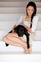ragazza coccola il suo cane