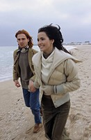 Young Couple jogging along the Beach - Motion - Relationship - Nature (thumbnail)