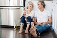 Couple drinking wine (thumbnail)