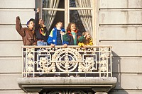 Children in balcony at Macy´s Parade, Thanksgiving, New York, NY