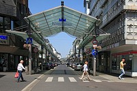 Germany, Krefeld, Rhine, Lower Rhine, North Rhine-Westphalia, shopping street Krefeld midtown, Koenig Street, glass roof, pedestrian zone, people, zeb...