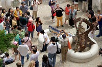 CROWDS OF TOURISTS TAKING PICTURES OF THE FOUNTAIN WITH THE LIZARD IN THE PARK GUELL, CREATED BY THE ARCHITECT ANTONI GAUDI IN BARCELONA, LISTED AS A ...