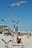 MOTHER AND HER DAUGHTER FEEDING SEAGULLS, MIAMI BEACH, SOUTH BEACH, MIAMI, FLORIDA, UNITED STATES, USA