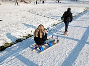 Children playing in the snow in Sonsbeek Park