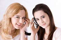 Two young women sharing headphones (thumbnail)