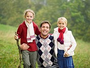 Germany, Baden_Württemberg, Swabian mountains, Father and daughters, portrait