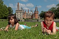 CHILDREN GATHERING DAISIES, CHILDREN PLAYING AND NATURE IN THE PARK OF THE CHATEAU DE MAINTENON, EURE_ET_LOIR 28, FRANCE