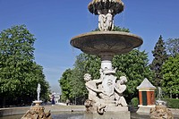 FOUNTAIN IN THE PARQUE DEL BUEN RETIRO, MADRID, SPAIN
