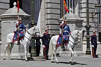 CHANGING OF THE GUARD IN FRONT OF THE ROYAL PALACE PALACIO REAL, CALLE BAILEN, MADRID, SPAIN