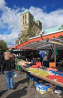 Germany, Muenster, Westphalia, Muensterland, North Rhine-Westphalia, weekly market on the Cathedral Square, booths, Saint Paul Cathedral, catholic chu...