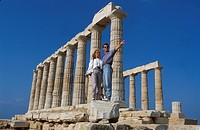 Greece, Cape Sounion, couple visiting the Temple of Poseidon