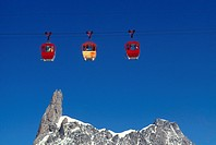 Italy, Alps, view of the Mont Blanc massif and the Giant´s Tooth peak and cablecar                                                                    ...