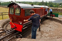 A train is turned round on a turntable on the Ravenglass and Eskdale narrow gauge railway  La'al Ratty  in Cumbria , England , Great britain , Uk