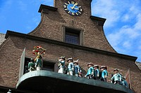 Germany, Neuss, Rhine, Lower Rhine, North Rhine-Westphalia, Minster Sqare, Vogt House with carillon, shooters chimes, shooter figures, shooters proces...
