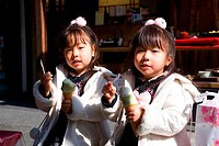JAPAN, KYOTO, ARASHIYAMA, JAPANESE GIRLS EATING ICE CREAM