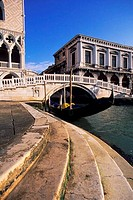 ITALY, VENICE, DOGES PALACE, PAGLIA BRIDGE WITH GONDOLA