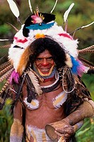 NEW GUINEA HIGHLANDS, NEAR TARI, HULI TRIBE, PORTRAIT OF MAN