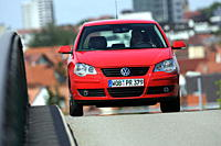 Car, VW Volkswagen Polo 1.4 TDI, model year 2005_, red, driving, diagonal from the front, frontal view, City