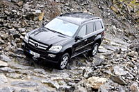 Mercedes GL 500, model year 2006_, black, driving, diagonal from the front, frontal view, offroad
