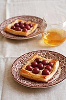 Puff pastries with ricotta and grapes