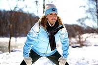 Frau beim Fitnesstraining im Winter, woman jogging in the winter