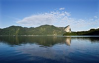 Austria, Salzkammergut, View of mondsee lake near drachenwand