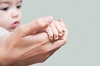 Woman holding her baby´s hand
