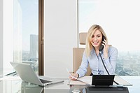 Germany, Frankfurt, Business woman on the phone, smiling