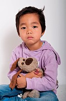 bambino vietnamita con pupazzo