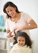 USA, New Jersey, Jersey City, mother cutting daughter´s 6_7 hair
