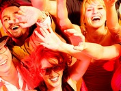 Jubelnde Menge in Club oder Disco
