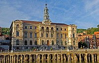 Town Hall building and bridge over the Ria de Bilbao  Bilbao  Biscay  Basque Country  Spain