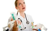 Krankenpflegerin mit beiden Händen voll schaut verzweifelt in die Luft Model: Eva Lux