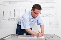 Architekt macht sich Notizen über einem Entwurf