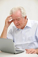 Rentner mit Netbook