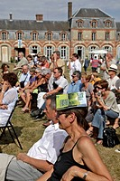 THE PUBLIC WITH CATALOGUES ON THEIR HEAD TO PROTECT THEM FROM THE SUN, PRESENTATION OF THE AUTHORS' NEW WORKS, BOOK FAIR, LA FERTE_VIDAME, EURE_ET_LOI...